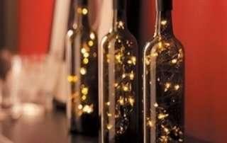 Светильник из светодиодной гирлянды и бутылки