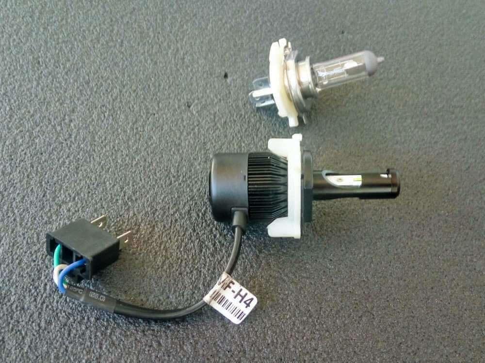 Светодиодная лампа HS1 / H4 и галогеновая рядом фото