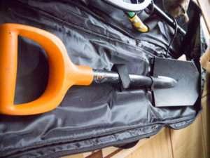 Лопата Fiskars в рюкзаке для металлодетектора фото
